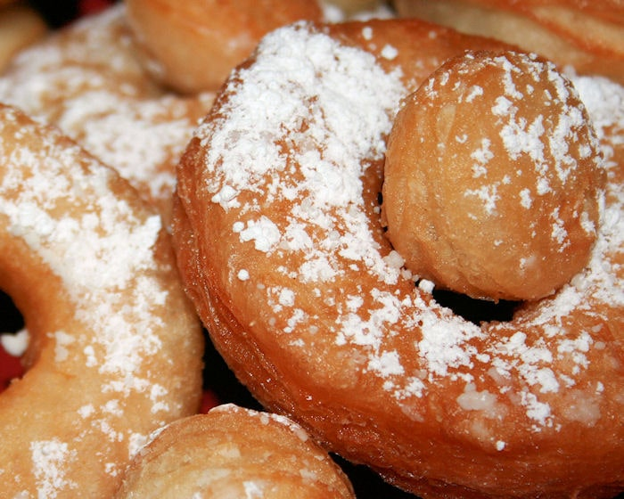 Simple Powdered Doughnuts
